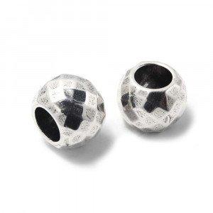 Bola grande facetada, de 16mm de diámetro exterior, con un agujero pasante de 8mm. Bañada en plata oxidada.