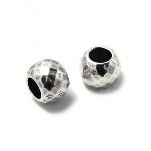 Bola mediana facetada, de 10mm de diámetro exterior, con un agujero pasante de 5mm. Bañada en plata oxidada.