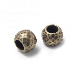 Bola mediana facetada, de 10mm de diámetro exterior, con un agujero pasante de 5mm. Bañada en oro envejecido.