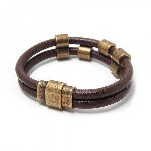 Pulsera doble de cuero redondo marrón, cierre de imán rectangular ovalado oro envejecido y, entrepiezas tubo y tubo doble bañadas en oro envejecido.